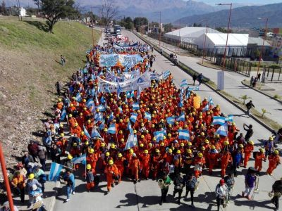 Multitudinaria marcha de obreros de Minera El Aguilar en reclamo de seguridad laboral