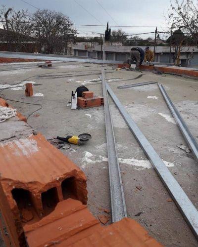Continúan los trabajos en el techo de la Delegación de Quequén