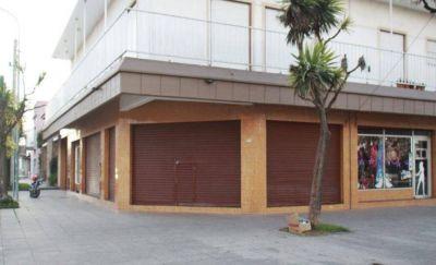 Comerciantes de avenida Libertad, con miedo a los robos: uno cerró y otro atiende con la persiana baja