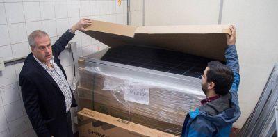 La Universidad de Hurlingham generará energía renovable con paneles solares y un parque eólico