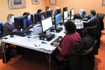 Curso de Gestión Empresarial: Los emprendedores formulan sus proyectos y aprenden sobre informática