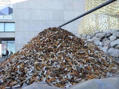 """Marplatenses armaron la """"montaña de la vergüenza"""" con 80.000 colillas de cigarrillos"""