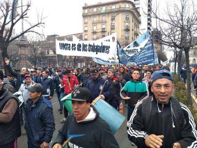 """Marcha contra la intervención de la UOCRA: """"los trabajadores no se comen más el cuentito de las mafias"""""""