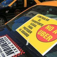 Tres cortes simultáneos de tacheros en esquinas porteñas en rechazo a Uber