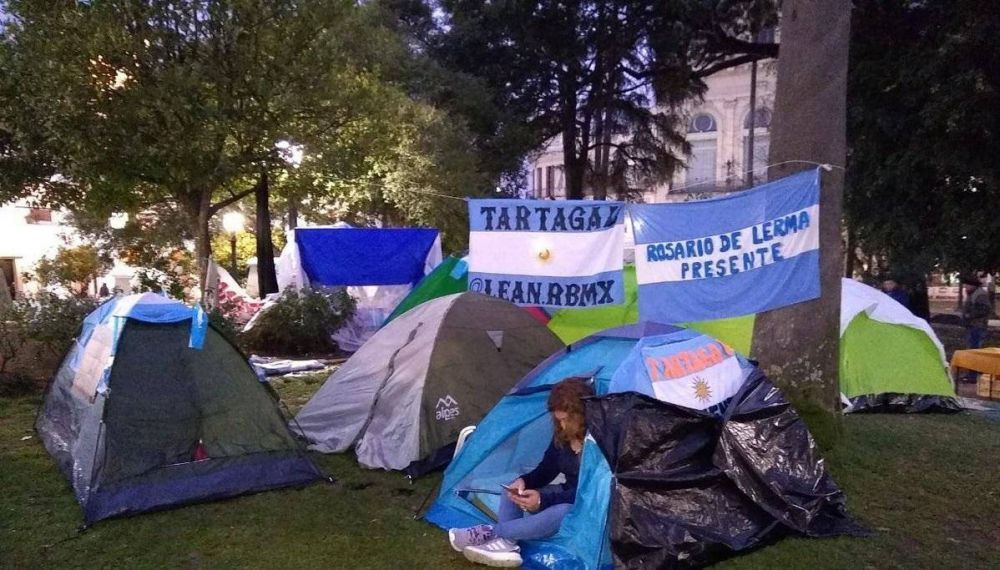 Mientras Urtubey sale de campaña, los docentes salteños siguen de huelga y acampando