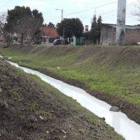 Esteban Echeverría: el arroyo Ortega se tiñó de blanco