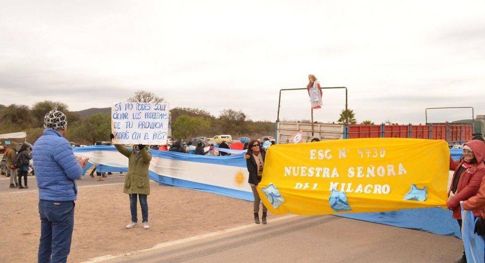 Los docentes salteños siguen de paro y cortando rutas y complican la campaña de Urtubey