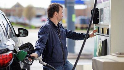 Cargar combustible sin playero hace peligrar 60.000 puestos de trabajo