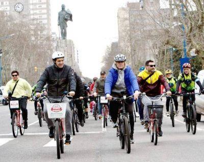 Vilma y Maxi Abad encebezaron caravana en bicicleta en defensa de las autovías