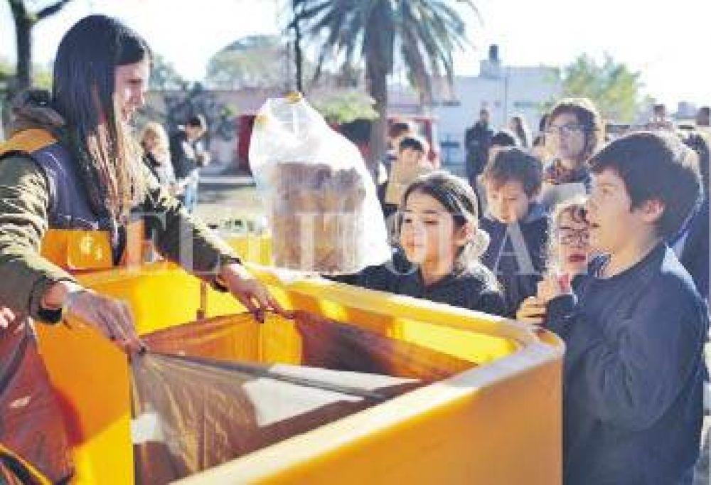 En barrio Sargento Cabral, vecinos y alumnos se sumaron al ecocanje