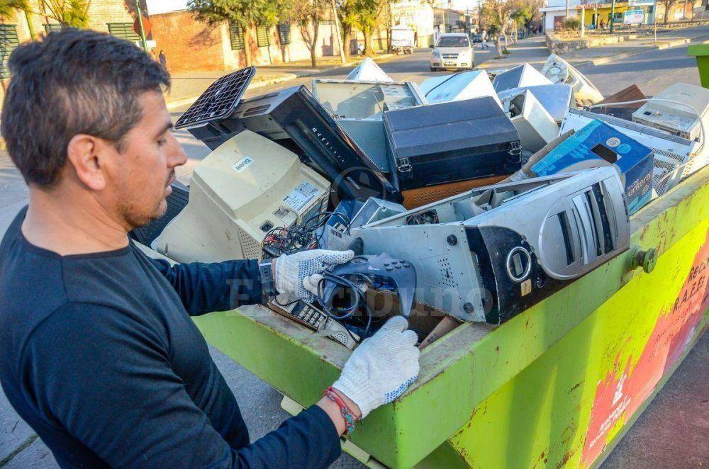 Vecinos tiraron aparatos que llevaban años arrumbados