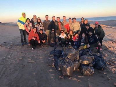 #MovimientoPlaya: se juntaron para recolectar basura de la arena