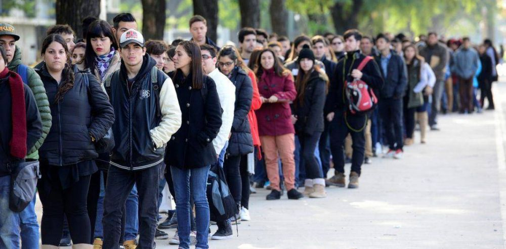 El desempleo juvenil más que triplica la media