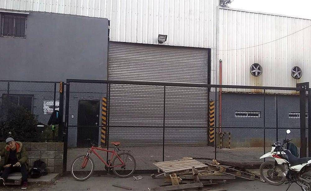Sin preaviso, cerró la fábrica de baterías Ran Bat y sus operarios la ocupan para que no la vacíen
