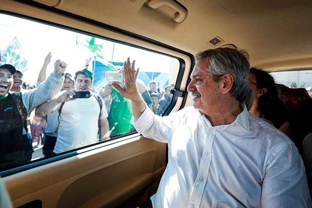 Fernández, en caravana: pronósticos, planes para Olivos y chats con Cristina