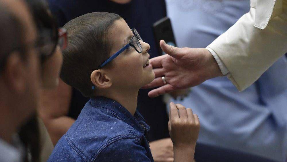 Papa en audiencia: Jesús, a través de nuestras manos, ayuda a otros a levantarse