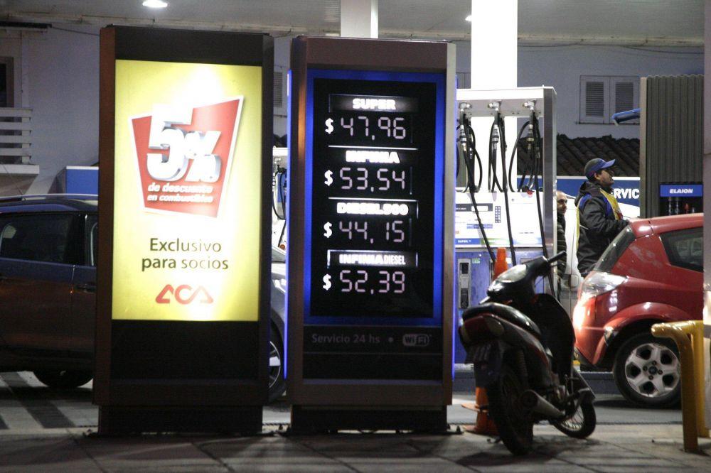 El precio de la nafta súper está igualado, pero ahora queda sujeto a la nueva suba del dólar