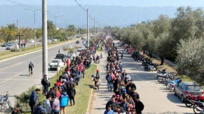Más de dos kilómetros de cola para conseguir trabajo en un supermercado de Tucumán