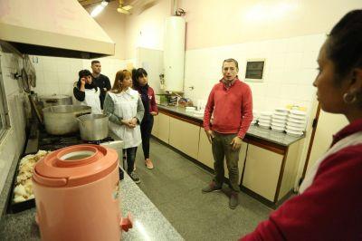El intendente Gray junto a trabajadoras del programa Noches sin Frío