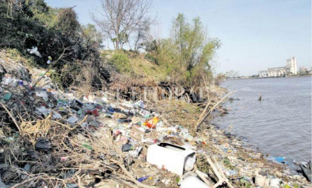 Alarmante contaminación: gran cantidad de basura en la costa de Alto Verde