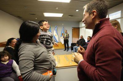 Fernando gray entregó lentes y subsidios a vecinos del distrito