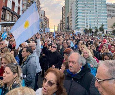 """25 mil marplatenses marcharon en apoyo a Macri bajo la consigna de """"Defender la República"""""""