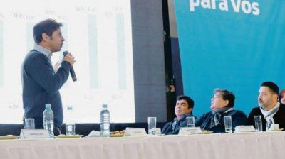 Kicillof sale a buscar voto macrista en PBA; Massa al conurbano