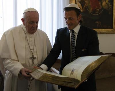 Francisco profundiza su amistad con la cultura hispana y judía