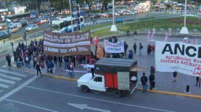 Docentes de la provincia de Chubut protestan en el Obelisco porteño