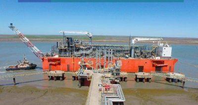 La barcaza de YPF se prepara para volver a procesar GNL
