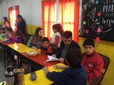 Alumnos del Anexo del CEC Nº 801 agasajaron con un desayuno al intendente López