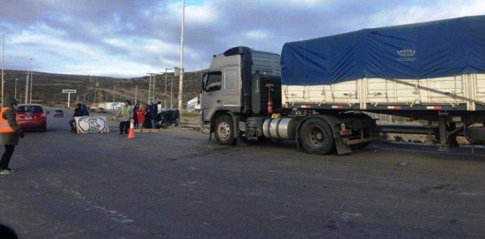 Docentes cortan rutas en Chubut y no dejan pasar ningún camión a los pozos petroleros