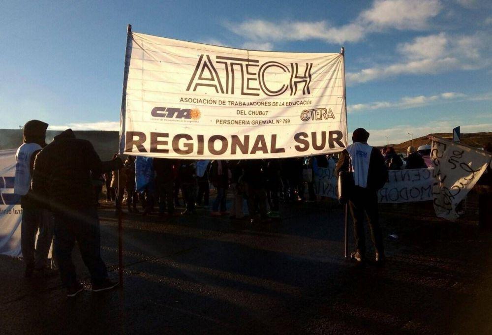 Chubut: Docentes fueron desalojados de la ruta por petroleros y seis de ellos resultaron heridos