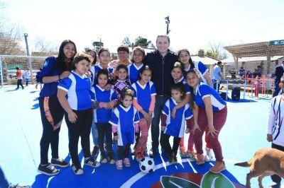 Fernando Gray inauguró el playón deportivo del Club Los Robles