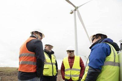 """López observó los primeros molinos eólicos montados: """"Esto era un sueño hace tres años"""""""