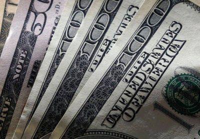 El dólar cerró casi estable a $58,44, mientras que el CCL superó los $70 y la brecha se acercó al 30%