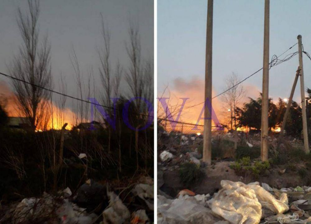 Chivilcoy: incendio descontrolado en el basural llenó de humo la ciudad y generó trastornos a los vecinos
