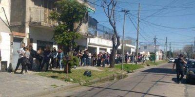 [VIDEO] Más de tres cuadras de cola por dos puestos de trabajo en una estación de servicio de Avellaneda