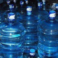 La ANMAT prohibió un agua envasada platense y la empresa salió a responder