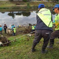 Operativo comunitario de limpieza del Riachuelo en Lanpus y Lomas