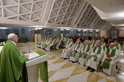 """Santa Marta: El ministerio ordenado es un don, """"no es un pacto de trabajo"""""""