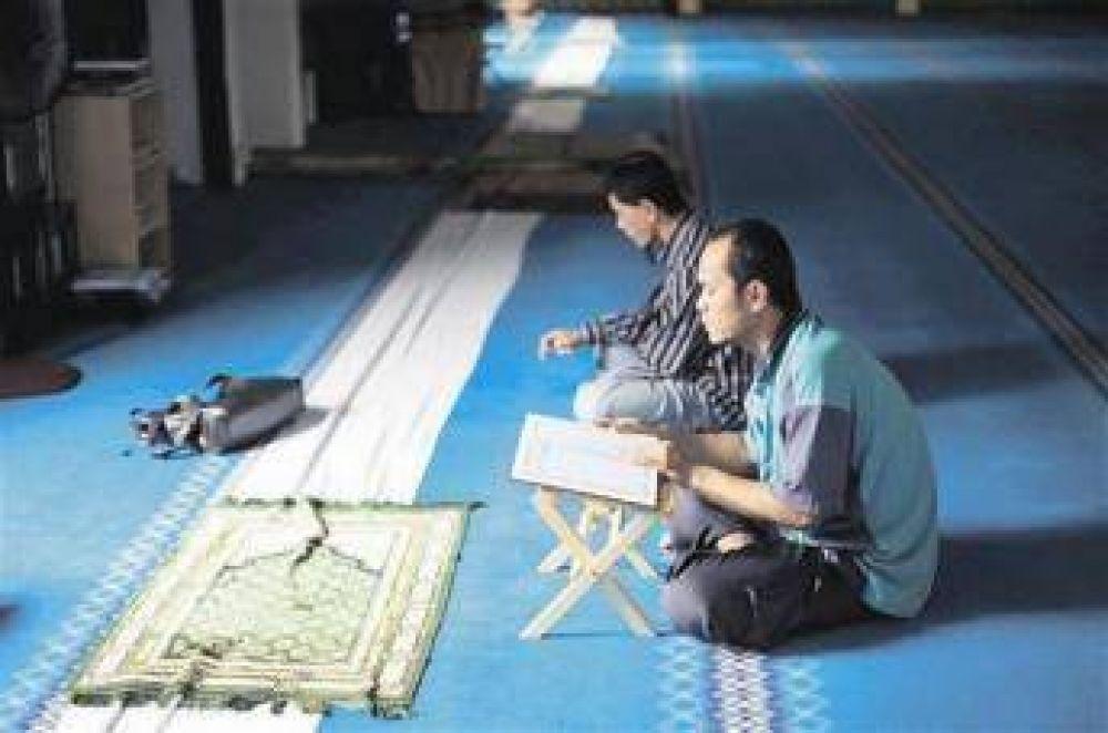 El Corán para sordos, una herramienta contra la discriminación en Indonesia