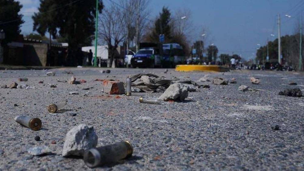 Nuevos incidentes con gremialistas de la UOCRA en la destilería de YPF en Ensenada: piedras, corridas y gases lacrimógenos
