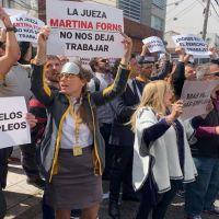 Frente al despacho de la jueza, los trabajadores reclaman por la continuidad del aeropuerto