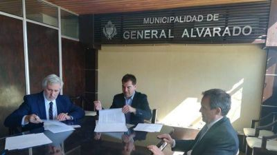 El intendente Di Césare firmó convenios con el procurador Conte Grand