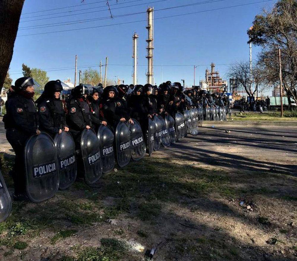 AESA retoma las obras en YPF mientras la policía reprime a despedidos y manifestantes de UOCRA