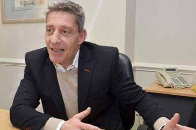 Arcioni negoció una nueva ayuda financiera de la Nación para poder pagar los sueldos
