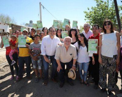 Valdés inauguró obras del Plan Hábitat en Goya y entregó 50 casas del Invico en Esquina