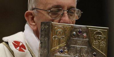 Papa Francisco lanza Motu Propio: Necesitamos leer la Biblia, si no el corazón enfría