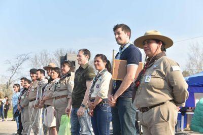 Fernando Gray junto a los grupos Scouts del distrito